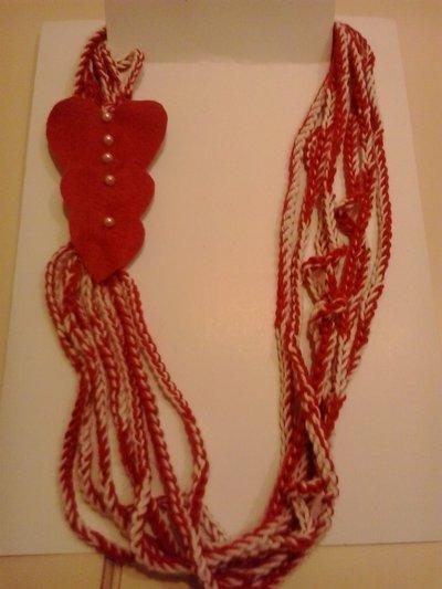 Collana scaldacollo in lana con cuori in feltro e perle