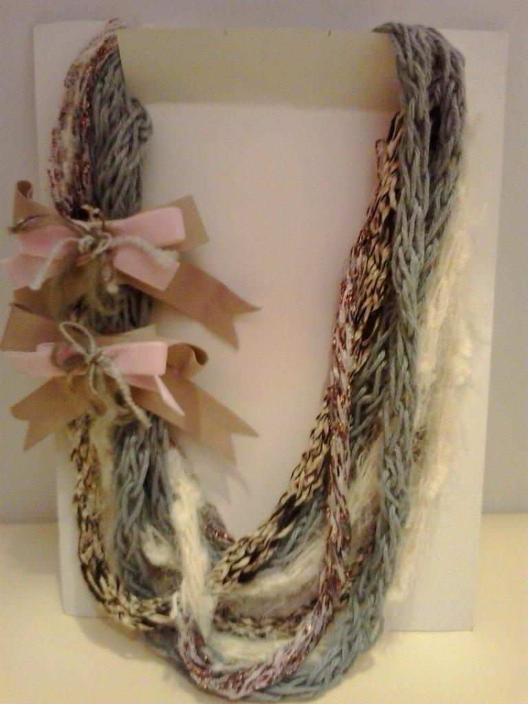 Collana in lana di filati diversi con fiocchi di passamaneria