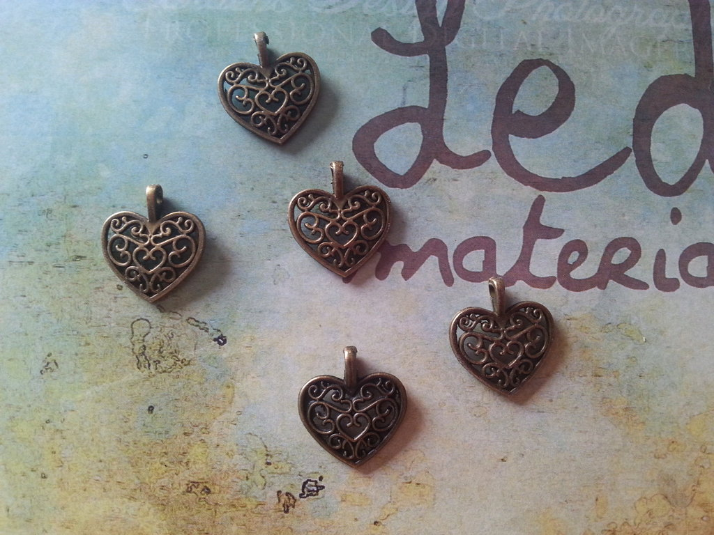 10 Charms cuore traforato in bronzo