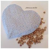 Cuscinetto termoterapico a forma di cuore in cotone azzurro con noccioli di ciliegia