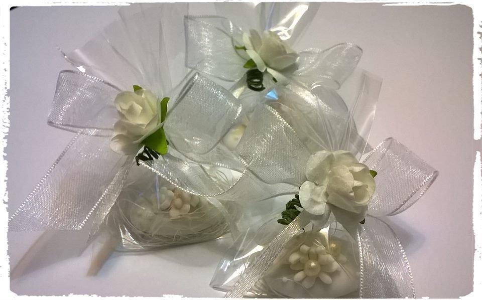 segnaposto per matrimonio, confetti decorati, rose