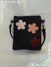 Pochette nera in feltro fatta a mano con fiori