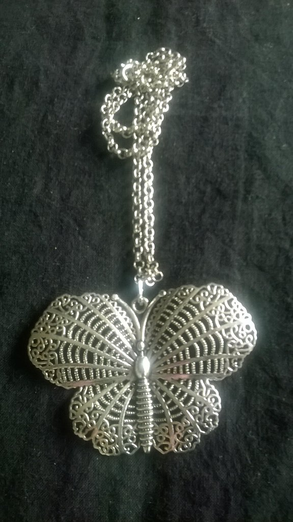 collana lunga con farfalla