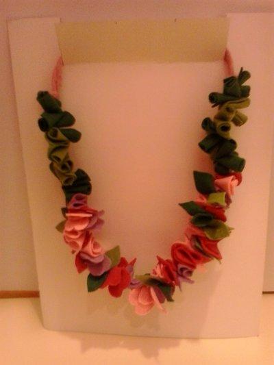 Collana floreale in feltro