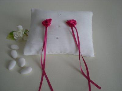 Cuscino portafedi in chiffon e roselline fucsia