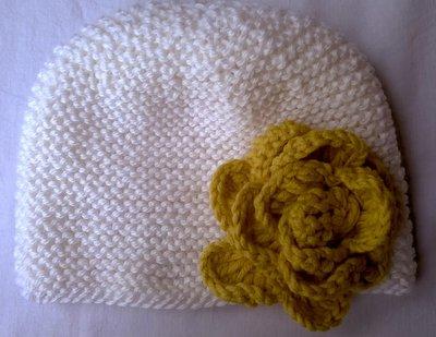 Cappellino bianco con fiore