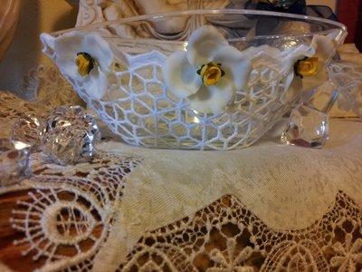 vaso in cristallo decorato con pizzi  e fiori in pasta sintetica fatti a mano