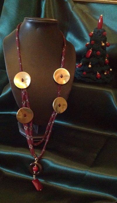 Collana in seta, radice di rubino e bottoni