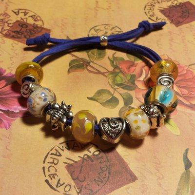 Bracciale cordino blu e perle a foro largo in giallo
