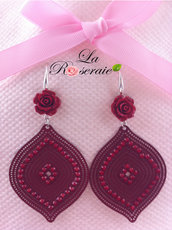 Orecchini Braithwaite con rose in resina e filigrana