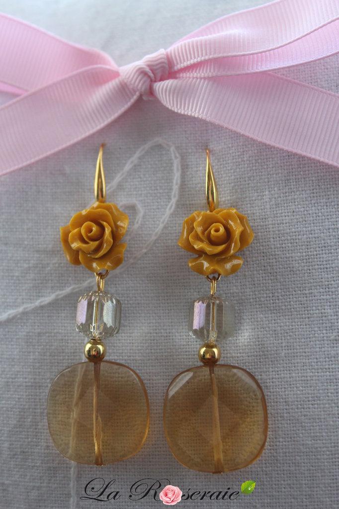Orecchini Golden Celebration con rose in resina e elementi in vetro