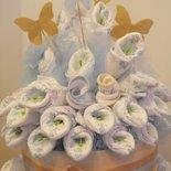 Torta (x60) pannolini con calle e oggetti utili per il neonato