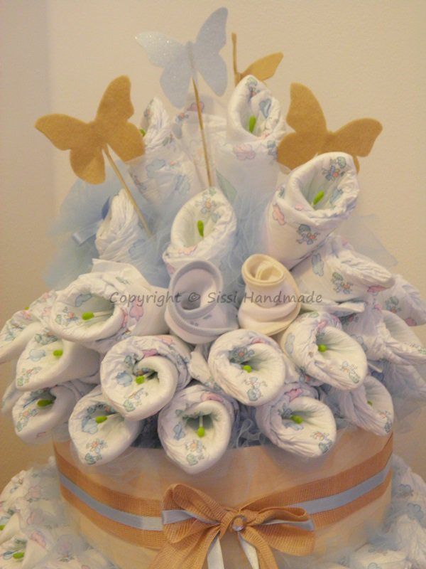 Torta pannolini con calle e oggetti utili per il neonato