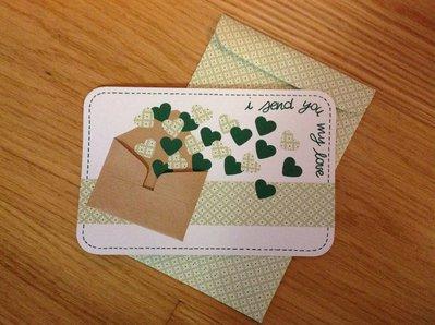 Biglietto d'amore verde con cuori