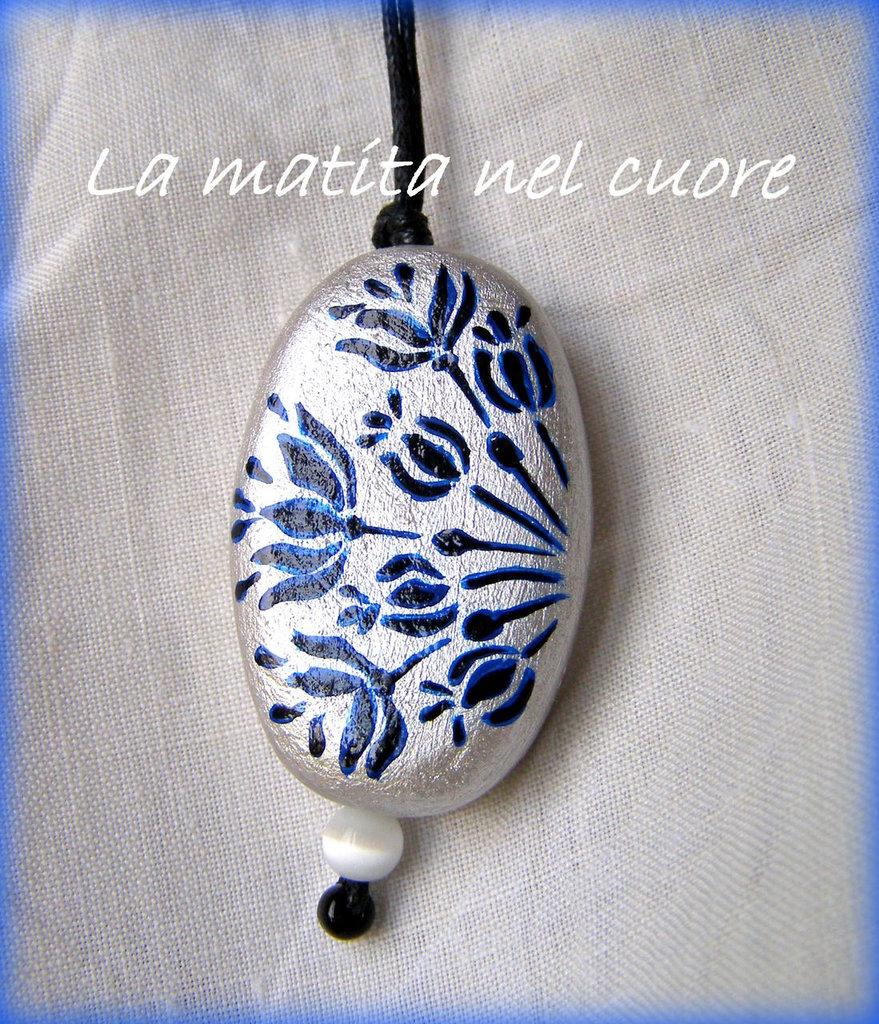 Ciondolo legno ovale dipinto a mano fiori neri e blu stile liberty fondo argento