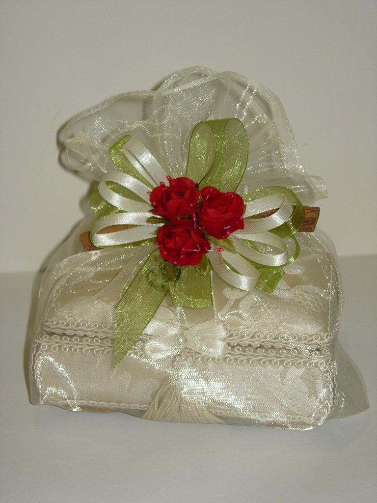 Sacchetto in organza grande con cannella,nastri ,fiori e confetti