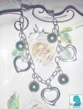 bracciale handmade con perle verde scuro e charm a cuore in metallo