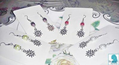 orecchini con perle colorate e pendente 'Frozen' di metallo