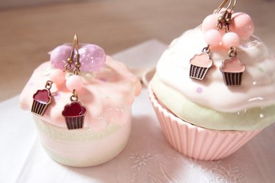 Orecchini pendenti con ciondolo dolcetto CUPCAKE -  Gioielli Cupcake - orecchini  Charm in bronzo - gioielli di compleanno - regalo di compleanno - regalo di compleanno sorella – regalo per amica