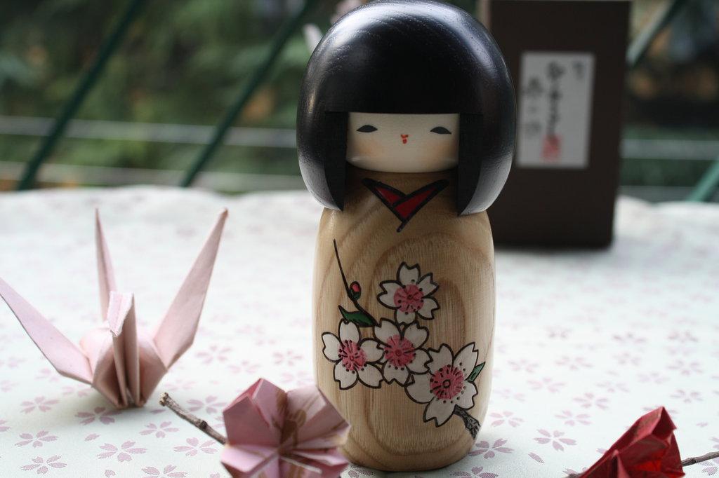 Bambola giapponese - Kokeshi Canzone di Primavera- Harunouta (S) A490154