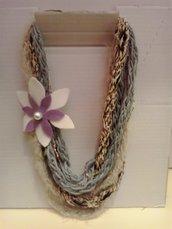 Collana in lana di filati diversi con fiore in feltro e punto luce di perla