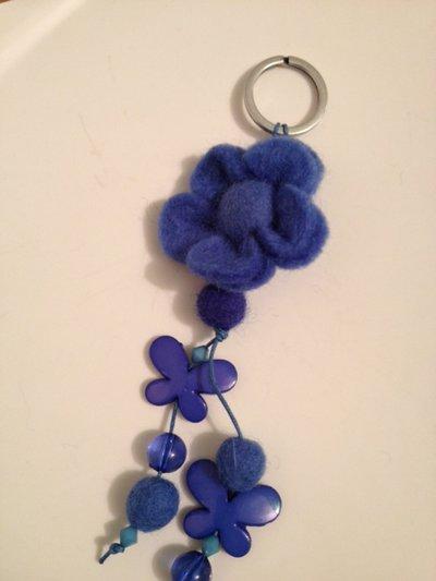 portachiavi  di feltro e resine blu