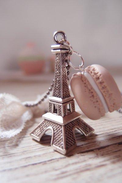 Collana stile shabby chic e vintage con pendente Macaron e Tour Eiffel – collana lunga con pendente – pendente in fimo – ceramica polimerica -  fatto a mano -  beige