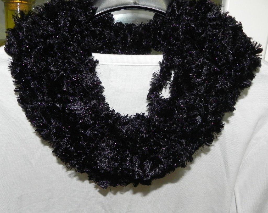 Sciarpa collana fatta a mano ad uncinetto nero con lamè