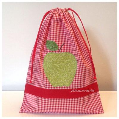 Sacchetto asilo in cotone a quadretti bianchi e rossi con mela verde