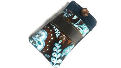Porta cellulare in jeans blu con taschina anteriore e bottone con inserto in ecopelle