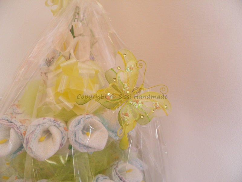 Torta pannolini unisex giallo/verde con farfalle e calle; ideale per baby shower