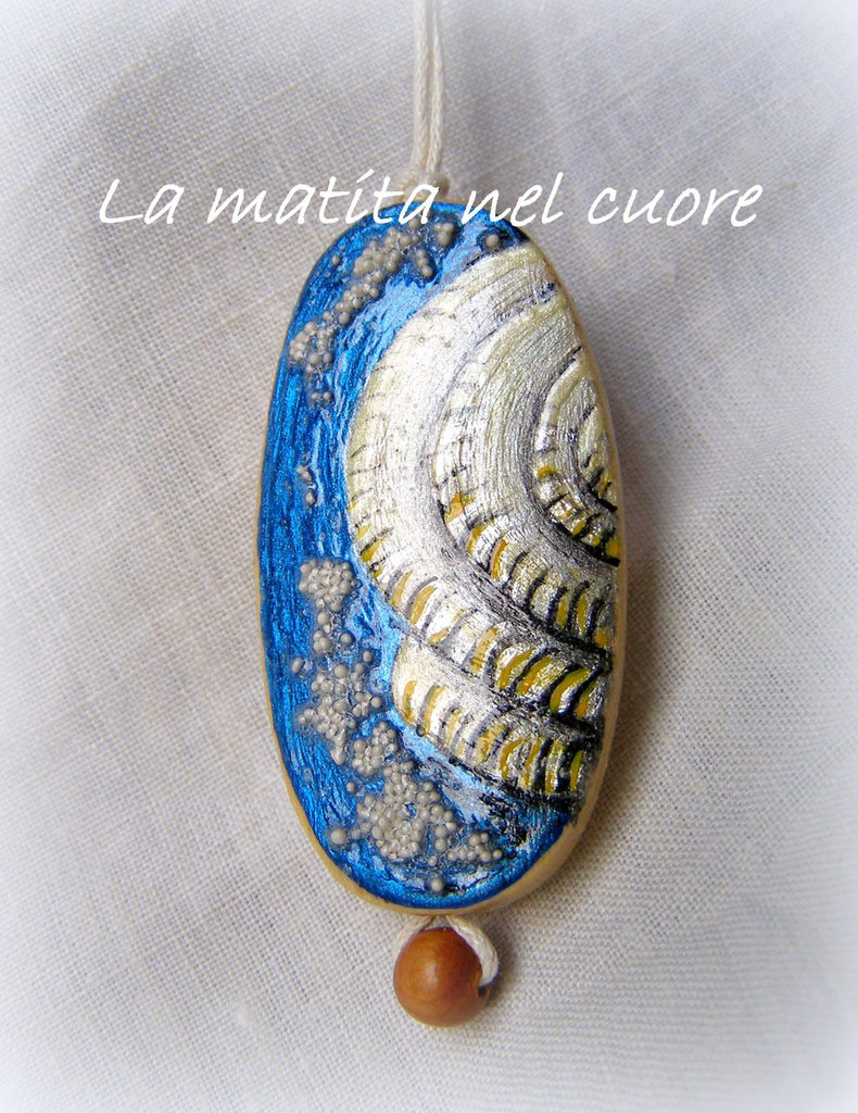 Ciondolo legno ovale dipinto a mano conchiglia nautilus mare e sabbia