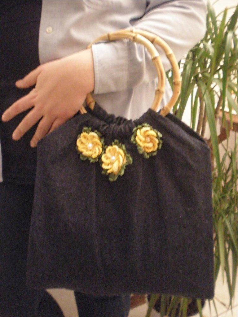 borsa jeans con fiori uncinetto