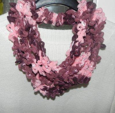 Sciarpa collana realizzata ad uncinetto con filato in ciniglia multicolore