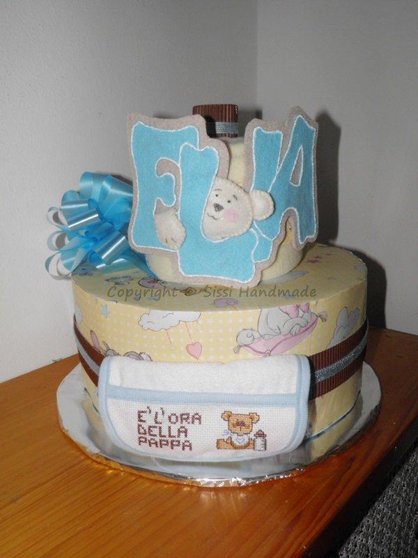 Torta pannolini compleanno con oggetti utili al neonato completamente realizzati a mano