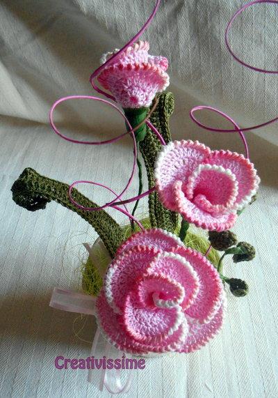 Composizione di Rose rosa all'uncinetto