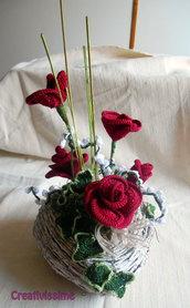 Composizione a cuore di Rose rosse all'uncinetto