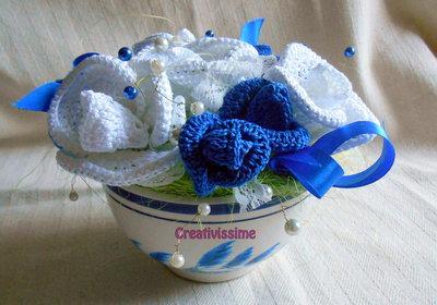 Composizione di Rose bianche e blu all'uncinetto