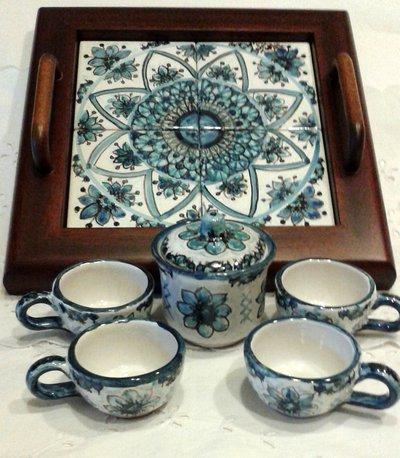 Servizio da caffè per 4,in ceramica con vassoio in legno e ripiano in ceramica.