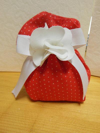 simpatico sacchettino rosso con micro pois bianco