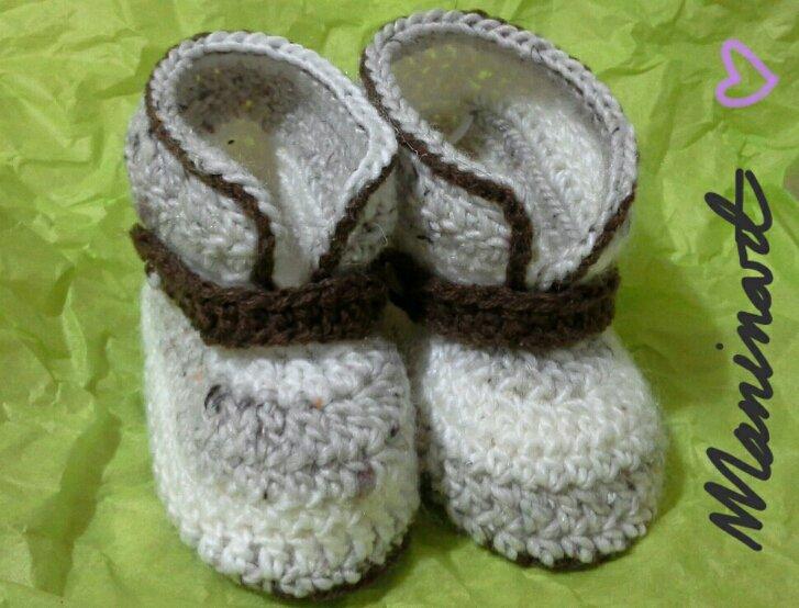 Stivaletti per bambini ad uncinetto in lana, con fascetta marrone e bottoncini