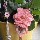 collana asimmetrica con fiori uncinetto color salmone e palline di strass