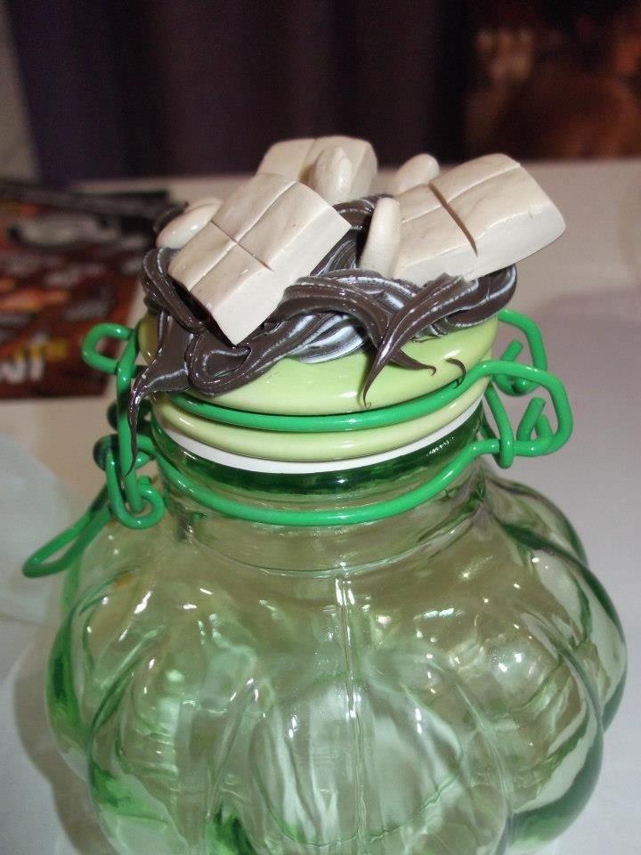 Barattolo / contenitore in vetro con coperchio in metallo il coperchio è stato decorato con silicone colorato e fimo che riproduce cioccolato pezzo unico artigianale h 8 cm diametro 4,5 cm