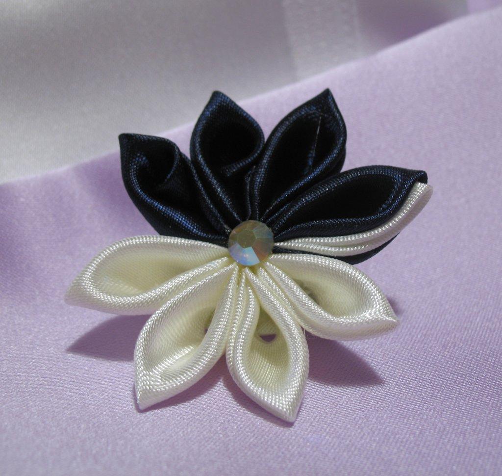 Spilla in raso blu e bianco decoro kanzashi Linea Blue Chic