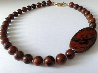 collana perle ossidiana mogano con grossa perla laterale e chiusura a gancio