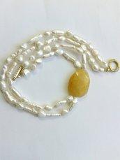 girocollo multifilo con perle di acqua dolce bianche barocche e in stick con quarzo giallo laterale