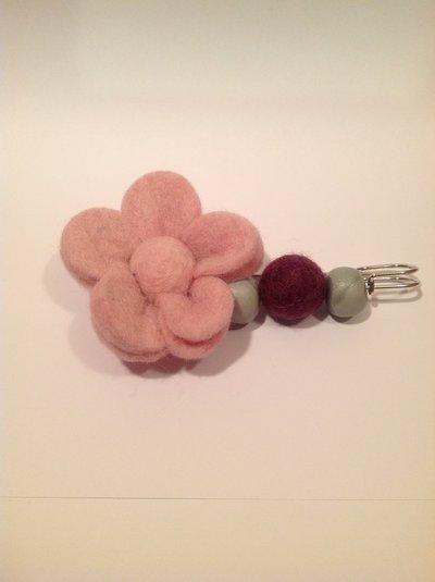 Spilla a fiore in lana cotta e cernit