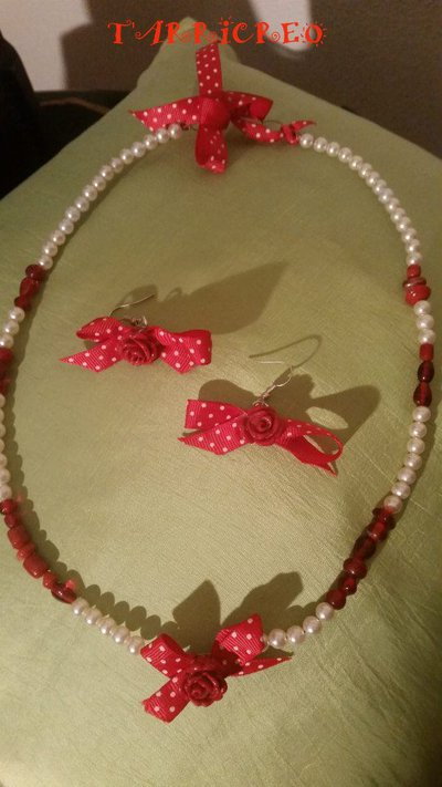 Collana e orecchini CUPIDO - Collana realizzata con filo in metallo morbido con inserzione di perline rosse e bianche