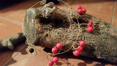 COLLANA CRONO - Collana realizzata con filo in ottone e aggiunta di ciondoli in ottone e perle rosse -