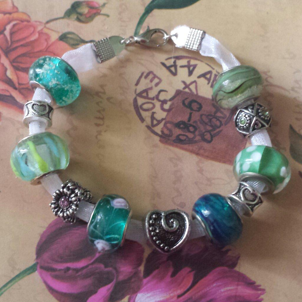 Bracciale nastro bianco di organza con perle verde e blu